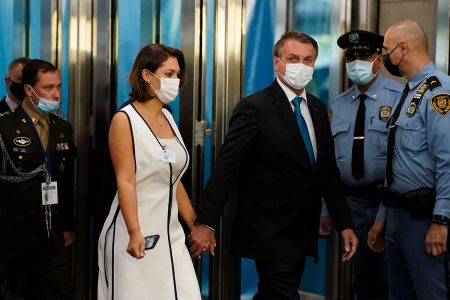 NOVA YORK, NY - 21 DE SETEMBRO: O Presidente do Brasil Jair Bolsonaro chega à sede das Nações Unidas durante a 76ª Sessão da Assembleia Geral da ONU em 21 de setembro de 2021 na cidade de Nova York. Mais de 100 chefes de estado ou de governo estão participando da sessão pessoalmente, embora o tamanho das delegações seja menor devido à pandemia de Covid-19