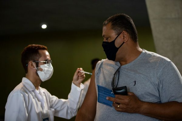 Vacinação na Cidade das Artes, na Barra da Tijuca. Idosos de 88 anos e antecipação da Pfizer para 50 anos