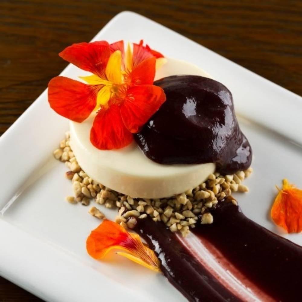 Panna Cotta de chocolate branco com caldas de frutas vermelhas