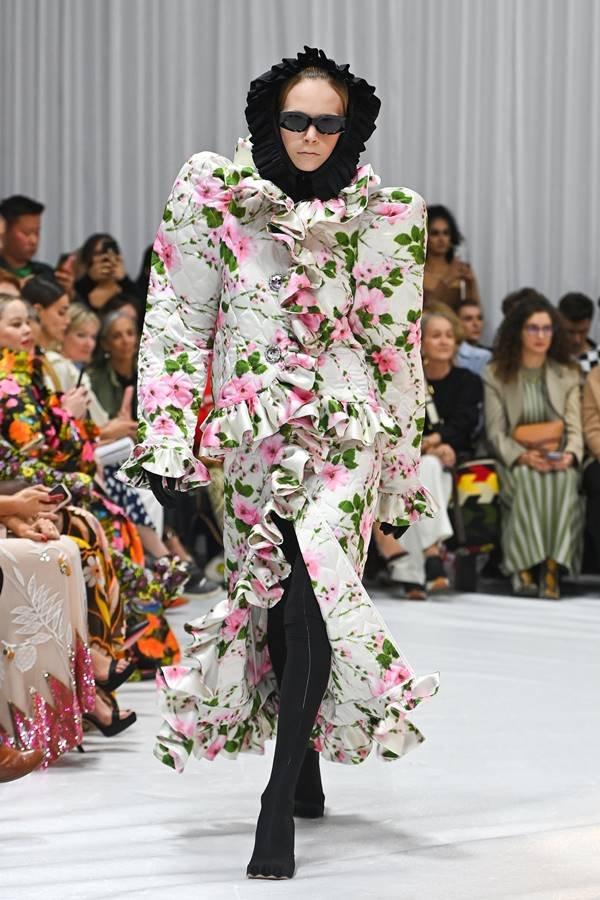 Look by Richard Quinn, de primavera/verão 2022, no London Fashion Week