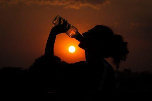 Mulher bebe agua durante calor no DF brasilia