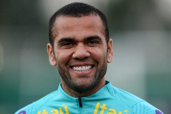 Daniel Alves é cotado por quatro equipes