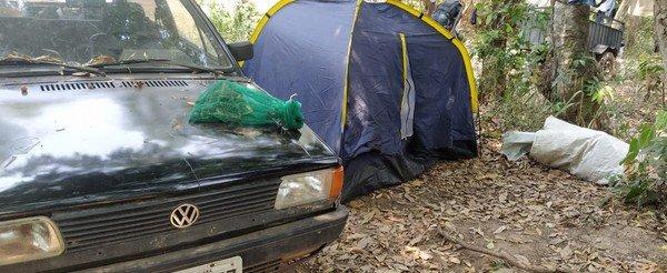 Homem é encontrado fugindo da polícia em acampamento com 150 peixes