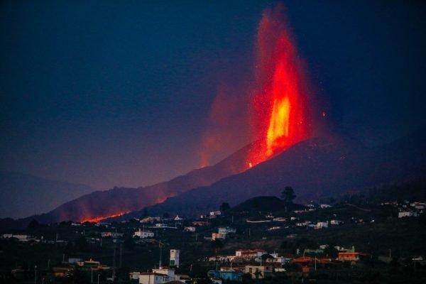 O vulcão Cumbre Vieja em La Palma, em 27 de setembro em Las Manchas, La Palma, Santa Cruz de Tenerife, Ilhas Canárias, Espanha