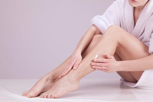 pernas com creme depilatório
