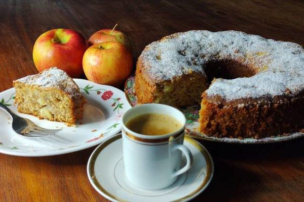 bolo de maçã e xícara de café