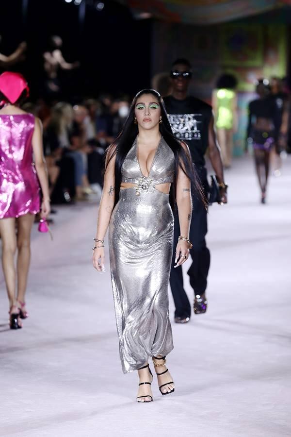 Lourdes Maria Leon na passarela de primavera/verão 2022 da Versace