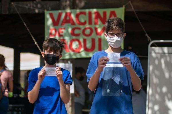 DF começa a imunizar jovens de 12 anos e reforça vacina de idosos de 80 anos