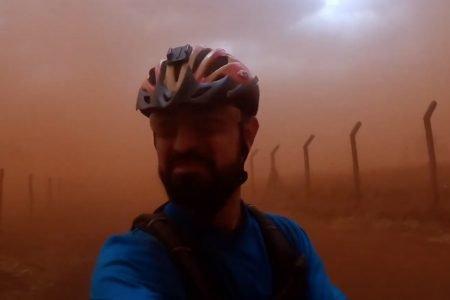 Ciclista atravessou uma nuvem de poeira em Barretos, no interior de São Paulo