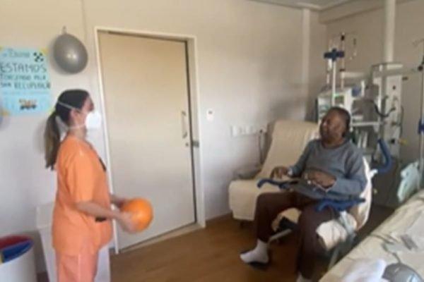Pelé fazendo fisioterapia