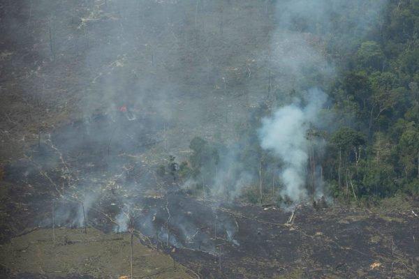 sistema de combate de focos de incêndios na amazonia bombeiros sobrevoam áreas de queimadas próximo a Porto Velho em Rondonia