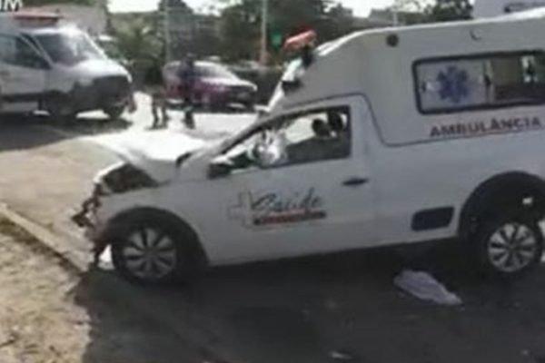 Batida entre ambulância e van deixa 6 feridos na BR-324