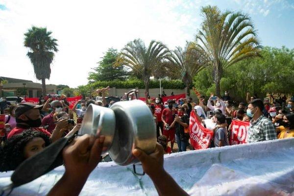 MTST faz manifestação em frente à mansão de Flávio Bolsonaro no Lago Sul, em Brasília