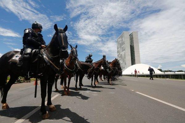 cavalaria da PM congresso ao fundo