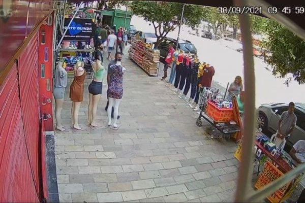 Homem é morto a tiros e criminoso faz mulher de refém, no Centro de Manaus; assista ao vídeo
