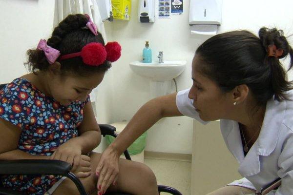 A menina Eloah durante a fisioterapia