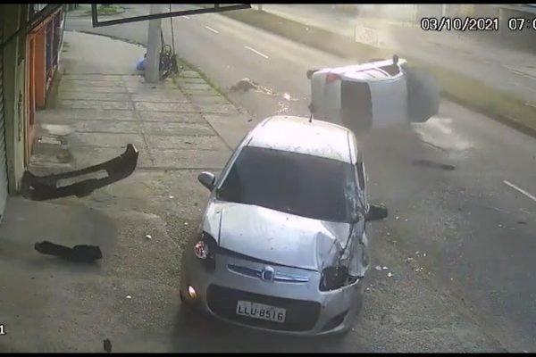 A jovem Thalia Ferreira, que foi arremessada de carro capotado, foi operada e segue internada