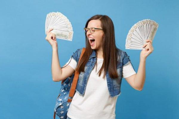 Mulher com muito dinheiro na mão