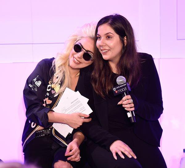 Lady Gaga ao lado da irmã