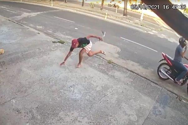 Homem desiste de assalto após tropeçar e ser mordido por cachorro