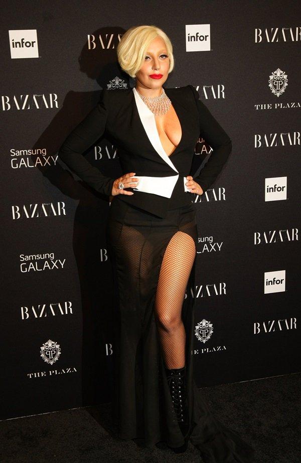 Lady Gaga com vestido preto