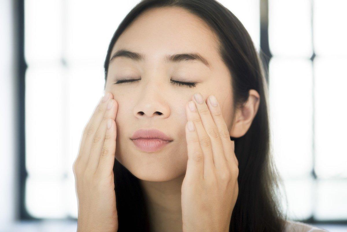 Massagem facial rosto mulher