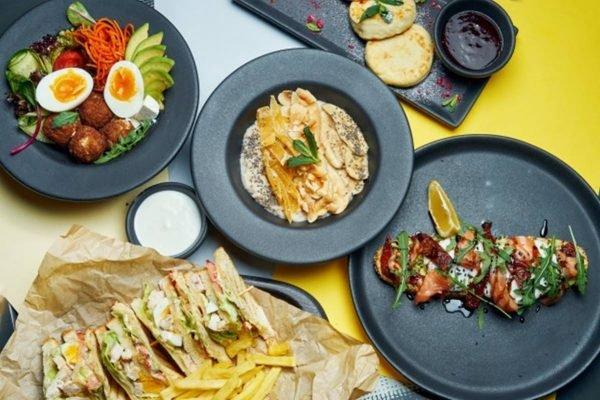 Pratos diferentes em cima de uma mesa