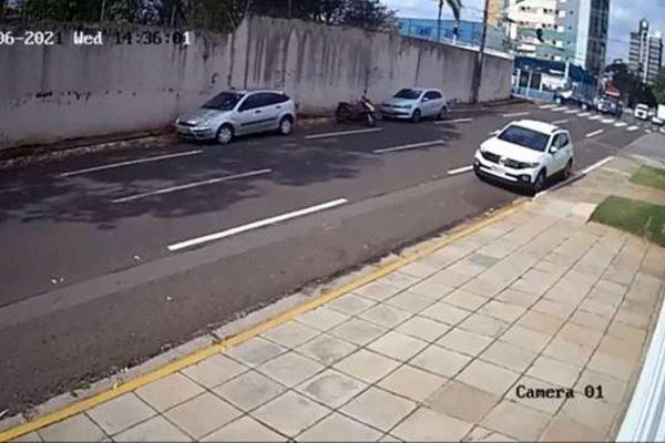 Motorista de Dodge furou sinal antes de bater em carro de jornalista (vídeo)
