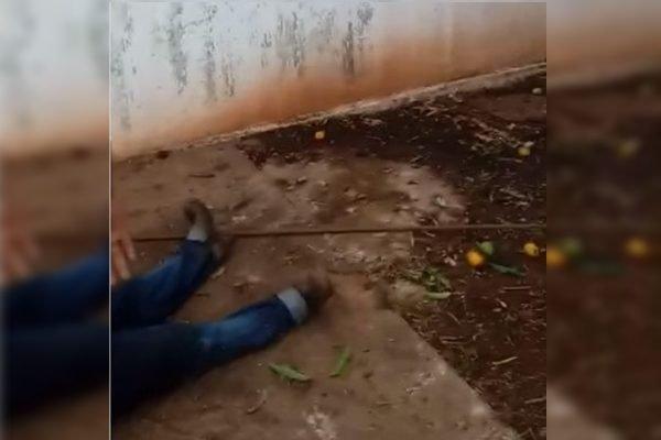 Trabalhador morre eletrocutado ao tentar pegar manga com uma barra de ferro
