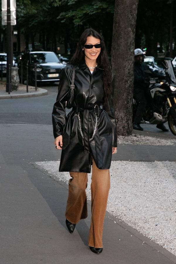 Bella Hadid look blazer de couro