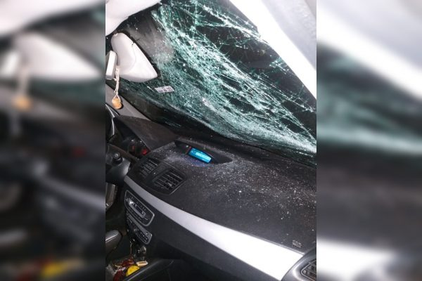"""Motorista """"perde a cabeça"""" e quebra carro parado em frente à casa dele"""