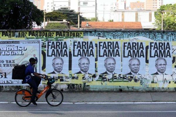 Lambe-Lambe com a imagem do Ministro da Economia Paulo Guedes em uma cédula de US$ 9,55 milhões é visto na Avenida Faria Lima, zona sul de São Paulo