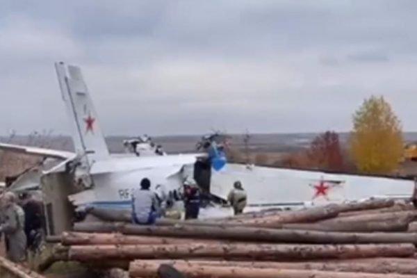 Avião cai na Rússia e deixa 16 mortos