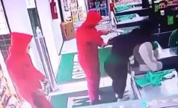 """Trio usa roupas de """"La Casa de Papel"""" e finge assalto a supermercado"""