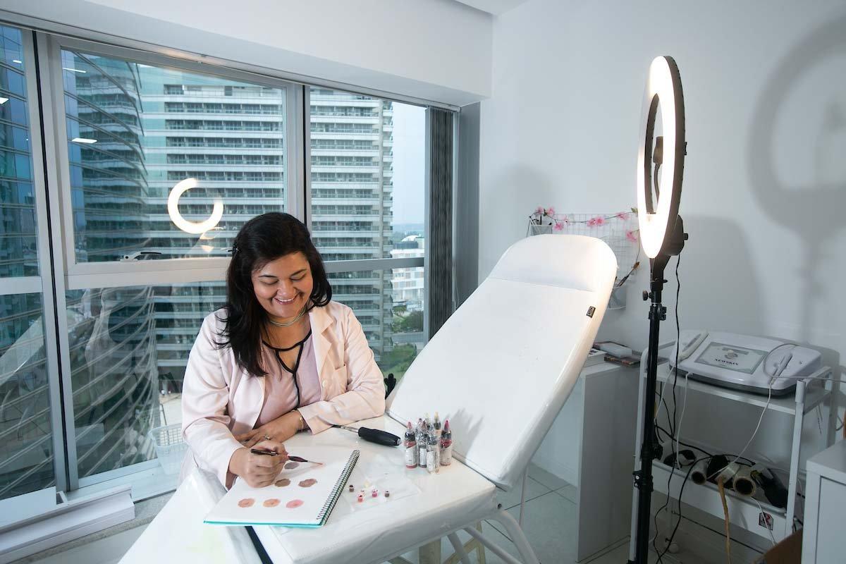 Janaina Pimentel é tatuadora e faz reconstituição de aureola da mama em mulheres que tiveram câncer de mama.
