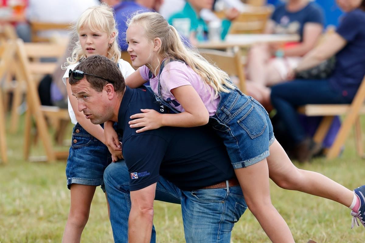 Peter Phillips com a filha Isla Phillips e Savannah Phillips