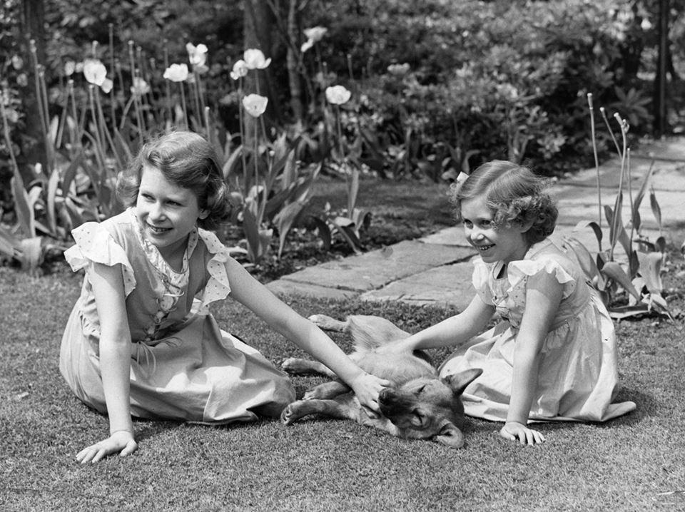 Elizabeth e Margaret brincando no jardim