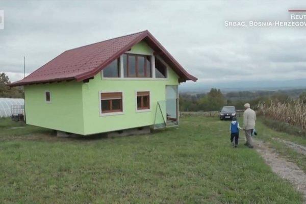 Homem constrói casa giratória