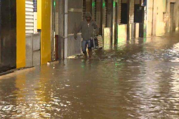Chuvas no Espírito Santo deixam ruas alagadas