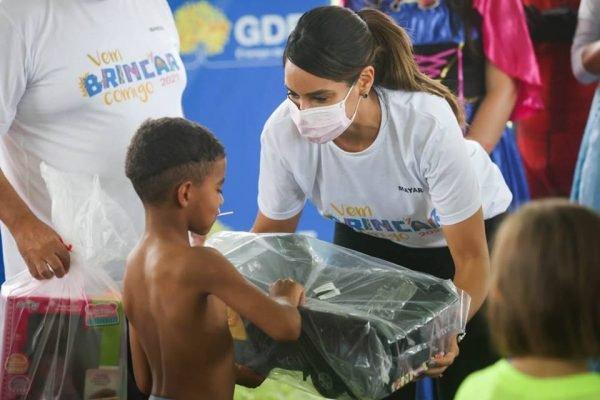 Ibaneis entrega brinquedos no Dia das Crianças