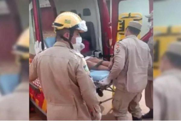 bombeiros socorrendo vítima