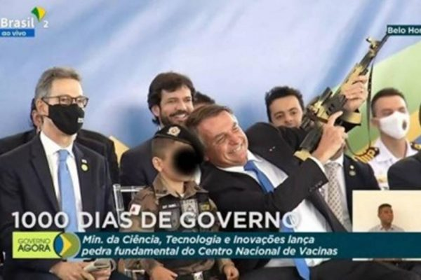 Jair Bolsonaro e menino