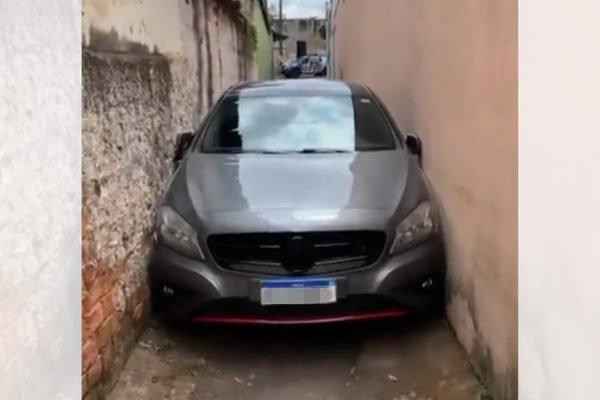 Carro de luxo entala em viela de Goiânia (GO)