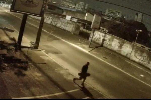 Vídeo. Homem usa skate para quebrar fachadas de lojas no DF