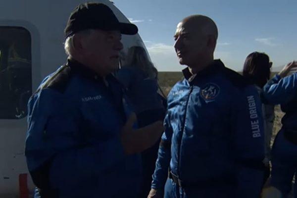 Ator William Shatner conversa com Jeff Bezos após viagem ao espaço