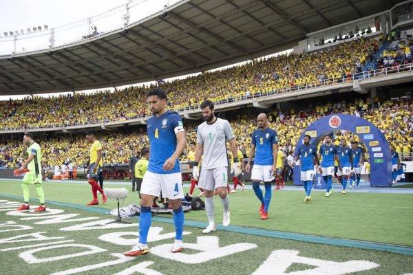 Brasil entrando em campo contra a Colômbia
