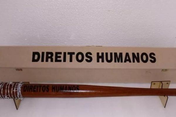Taco com arame farpado e a inscrição direitos humanos era vendido em loja