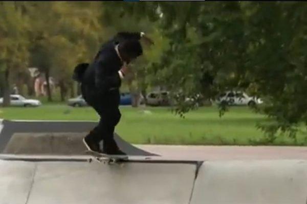Repórter anda de skate durante matéria