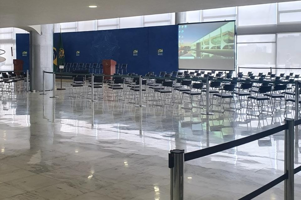 Salão do Palácio do Planalto estava preparado para o lançamento do Auxílio Brasil, mas cerimônia foi cancelada