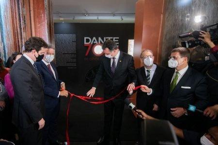 Corte da faixa de inauguração da exposição Dante 700 anos: os olhos de Beatriz